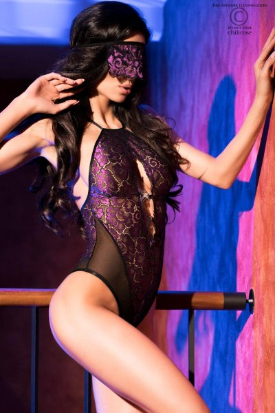Body in schwarz-violett mit Augenbinde